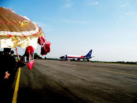 Menanti kedatangan pesawat rombongan dirjen dikti bapak fasli jalal