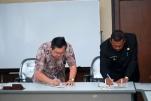 Penandatanganan MOU oleh rektor UBB dan Bateng