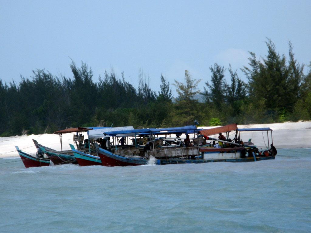 Foto/Gambar Akitivitas Tambang Inkonvensional (TI) Apung di perairan
